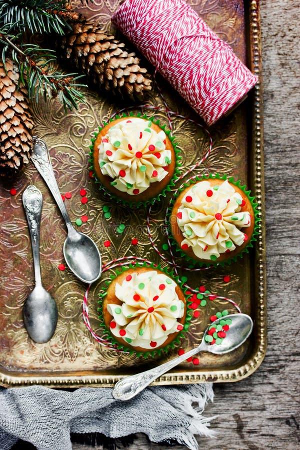 Download Os Queques Do Natal Com Creme E Polvilham A Decoração Foto de Stock - Imagem de cupcake, queijo: 80100294