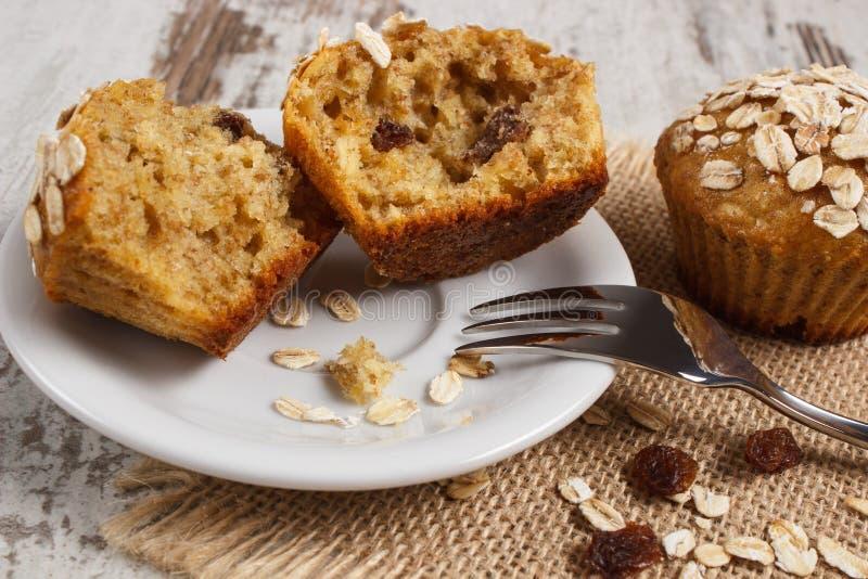 Os queques frescos com farinha de aveia cozeram com farinha do wholemeal na placa branca, sobremesa saudável deliciosa fotografia de stock royalty free