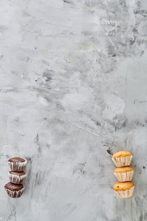 Os queques saborosos arranjados no teste padrão na luz textured o fundo, close-up, profundidade de campo rasa, foco seletivo fotografia de stock royalty free