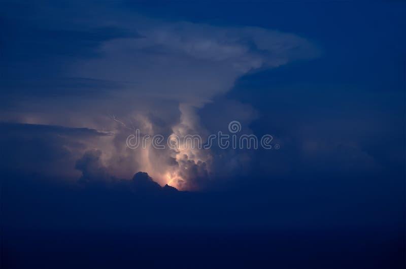 Os raios brilham nas nuvens acima do mar fotos de stock royalty free