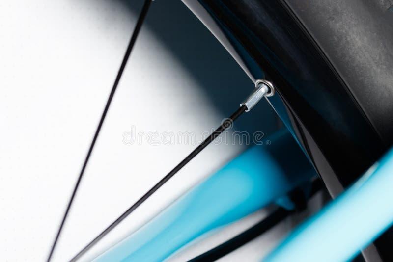 Os raios da bicicleta da borda em uma roda imagem de stock