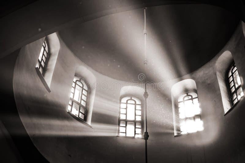 Os raios de Sun fazem sua maneira através da janela arqueada arcado alta imagens de stock
