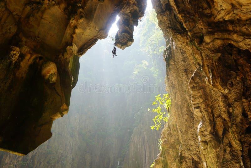 Os raios do sol dentro da caverna de Batu foto de stock