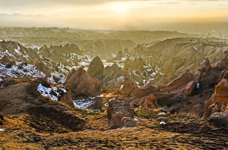 Os raios do sol entre as rochas fotografia de stock