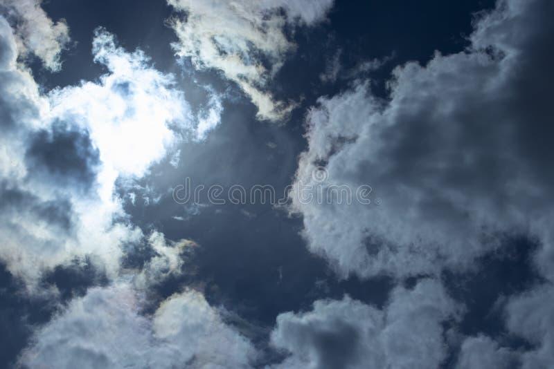 Os raios do sol fazem sua maneira através das nuvens de tempestade Nuvens de chuva escuras, tempestade tormentoso do céu A precip imagem de stock