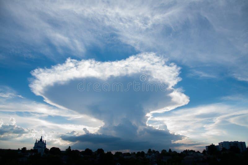 Os raios do sol fazem sua maneira através das nuvens no por do sol fotos de stock royalty free