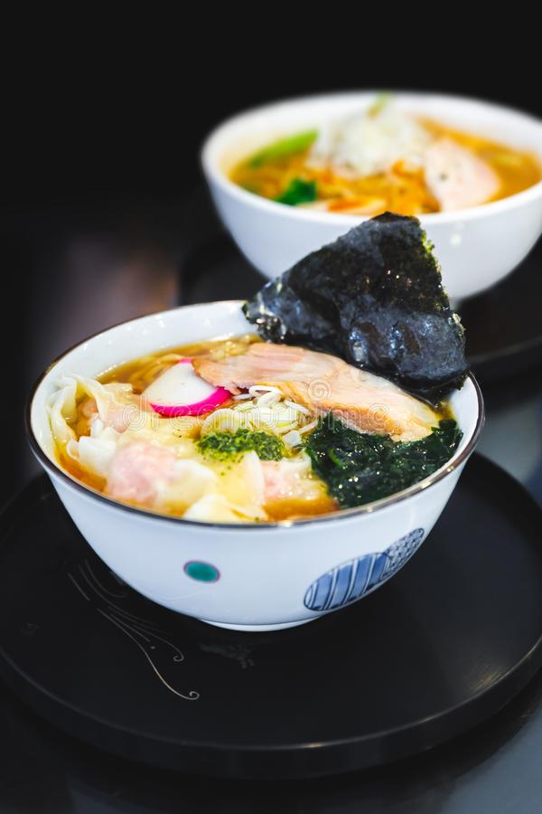 Os Ramen de Tonkotsu da sopa do osso da carne de porco dos Ramen com carne de porco de Chashu, chalota, arbitrária, Menma tempera imagem de stock
