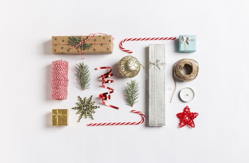 Os ramos do abeto vermelho da bola da caixa de presente da composição da decoração do Natal candle o bastão de doces da fita foto de stock