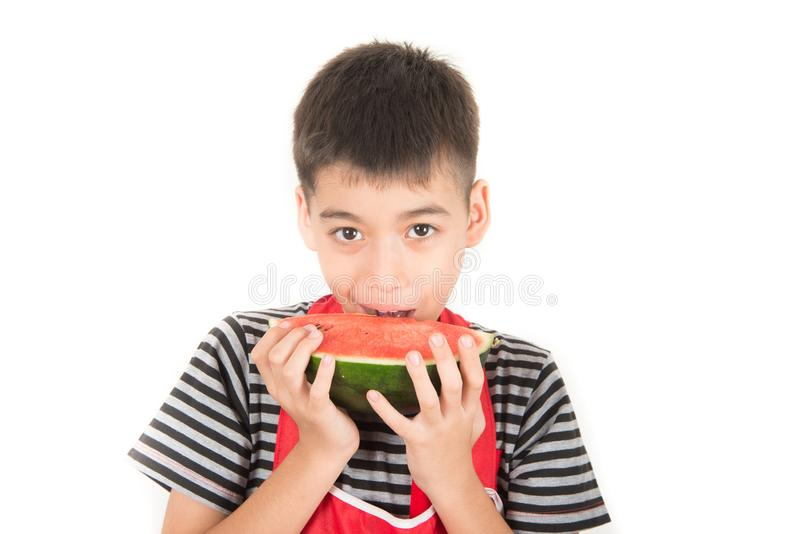 Os rapazes pequenos comem a melancia no fundo branco imagens de stock royalty free