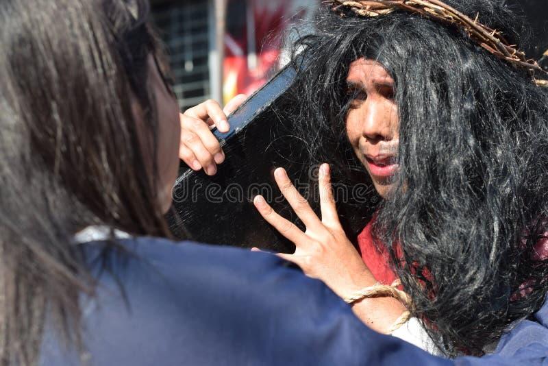 Os rasgos reais emitem-se dos olhos de Jesus Christ como a mulher vem próximo, drama da rua, a comunidade comemoram o Sexta-feira fotografia de stock royalty free