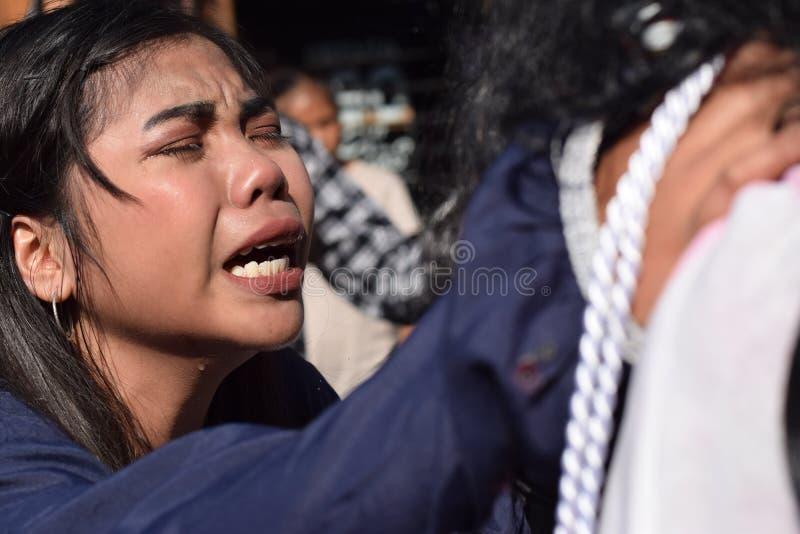 Os rasgos reais emitem-se dos olhos de uma pena de sentimento a Jesus Christ, drama da mulher da rua, a comunidade comemoram a re foto de stock