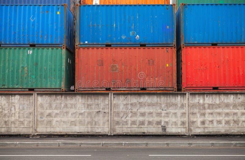 Os recipientes de carga são empilhados na área de porto fotografia de stock royalty free