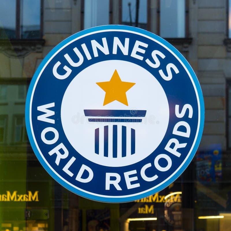 Os recordes mundiais de Guinness assinam, reflexões em uma janela fotografia de stock