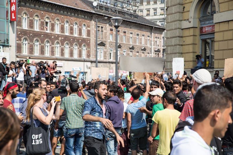 Os refugiados encalhados protestam na frente do estação de caminhos-de-ferro d de Keleti fotos de stock royalty free