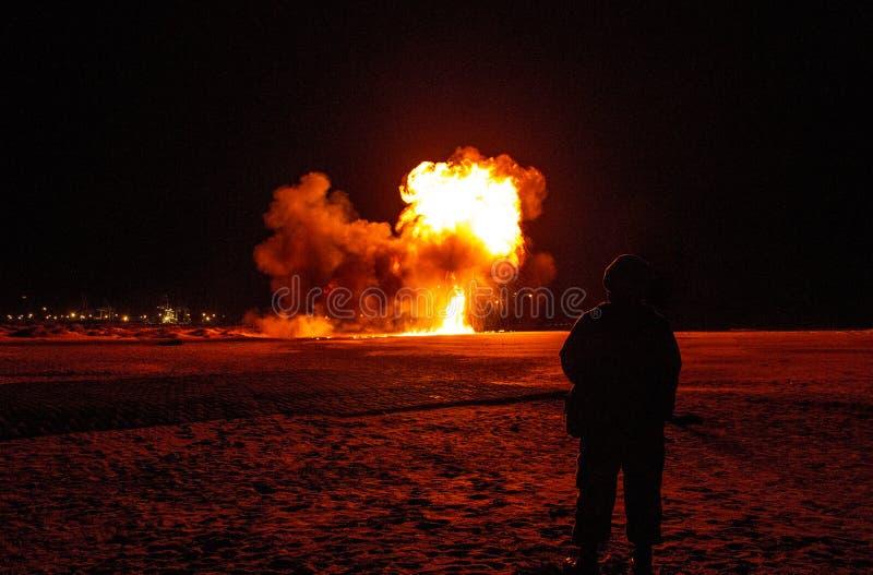 Os relógios do soldado como a explosão da bomba vão fora na praia na noite fotografia de stock