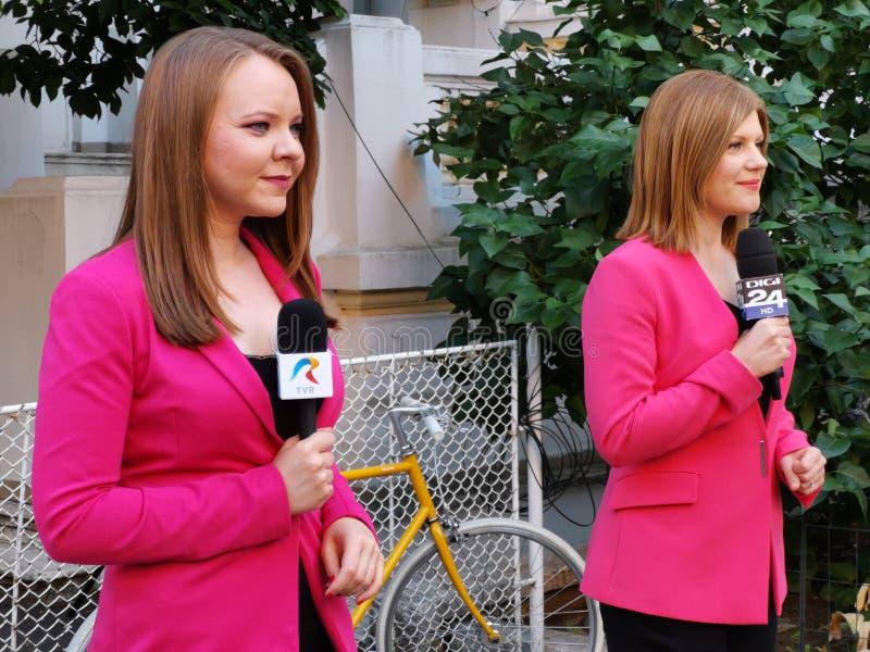 Os repórteres de Digi24 e de TVR vivem a transmissão em Alliance 2020 matrizes de USR-PLUS em Bucareste foto de stock