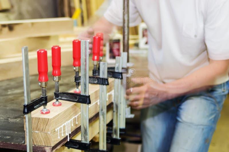Os reparos do marceneiro colaram as peças de madeira Oficina da mobília fotos de stock