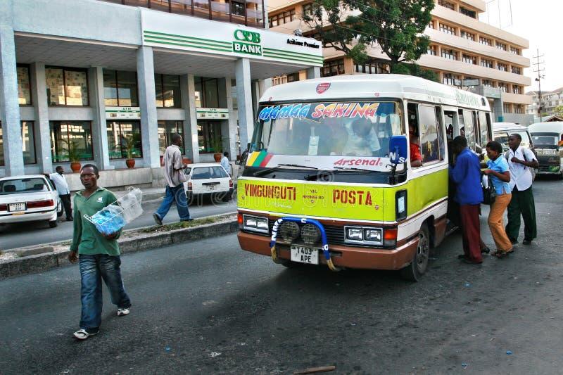 Os residentes de Dar es Salaam sentam-se em um ônibus municipal imagens de stock