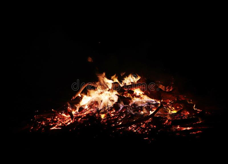 Os residentes locais constroem a pilha dos desperdícios para sua fogueira local anual da vila em Potzbach, Alemanha fotografia de stock royalty free