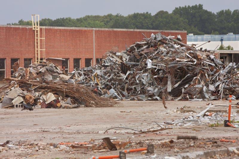 Os restos são empilhados altamente no auto local de demolição da planta de conjunto fotografia de stock royalty free