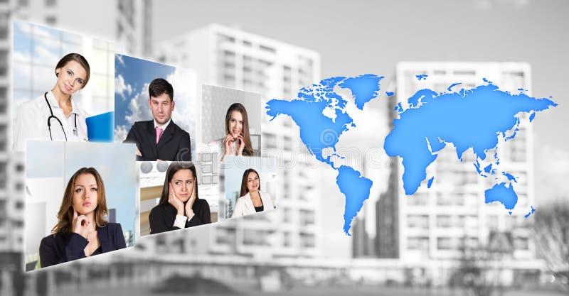 Os retratos dos povos aproximam o mapa com ícones fotos de stock royalty free