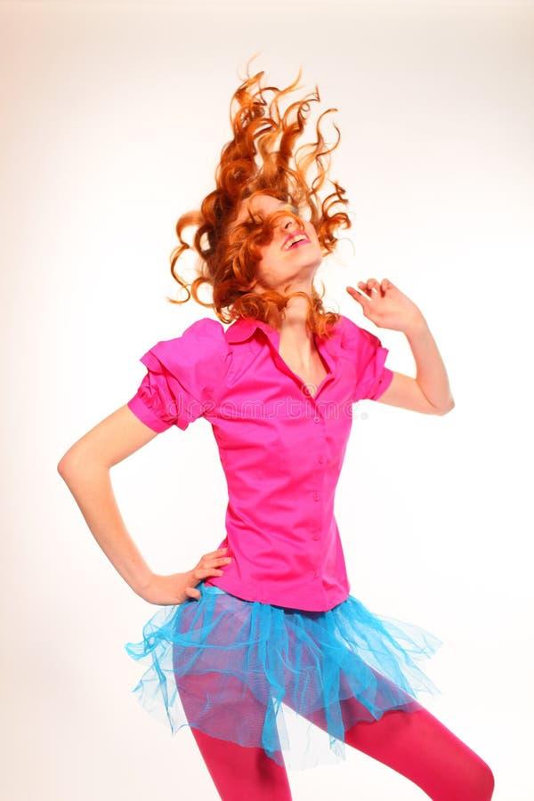 Os risos bonitos e as danças da mulher nova imagens de stock