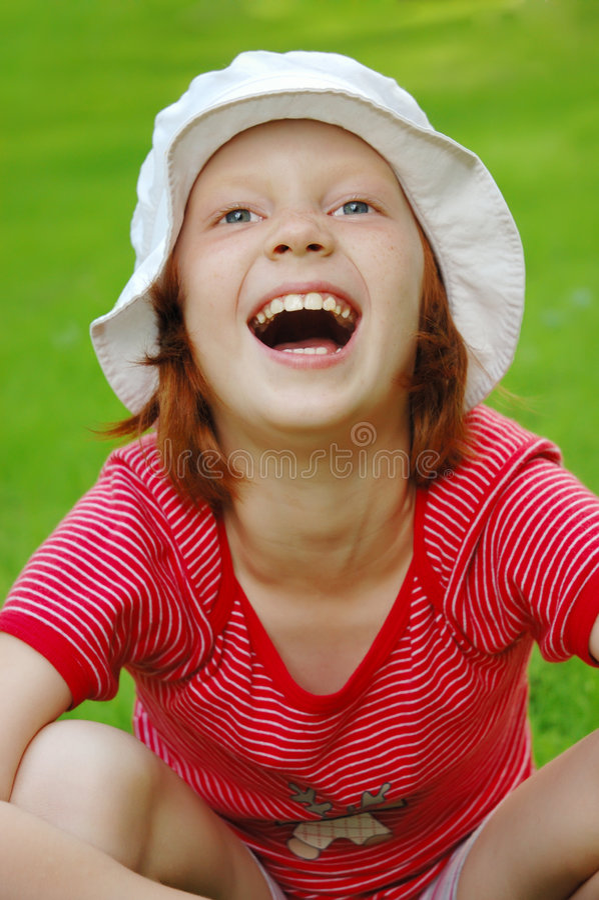 Os risos da menina foto de stock