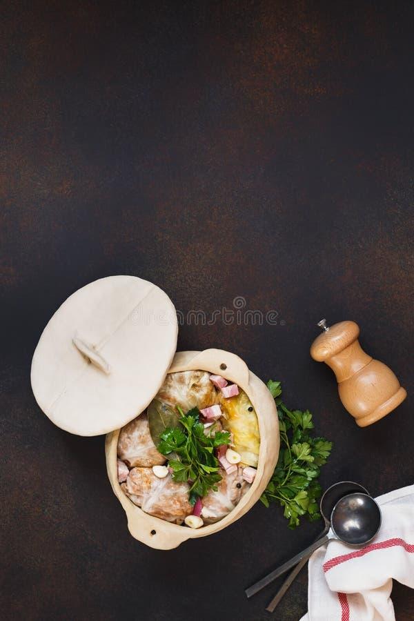 Os rolos da couve enchidos com carne e arroz prepararam-se cozinhando imagem de stock