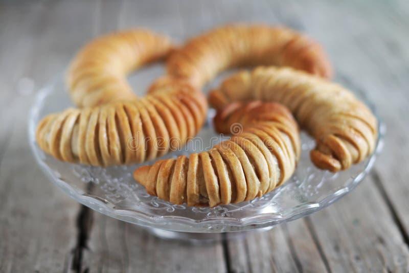 Os rolos de pão dinamarqueses da pastelaria encheram-se com a maçã, sobremesa fotografia de stock