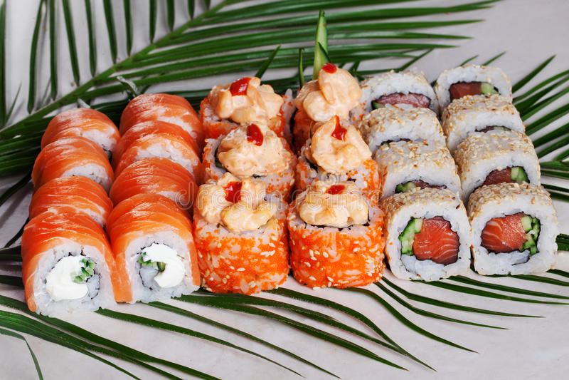 Os rolos de sushi ajustaram-se, apetitoso, grande, Philadelphfia, salmão, masago, laranja, quente, molho, kimchi, sésamo, fumado, fotos de stock