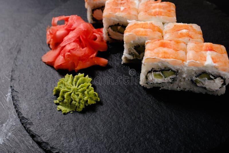 Os rolos de sushi do camarão ajustaram o alimento japonês tradicional fotografia de stock royalty free
