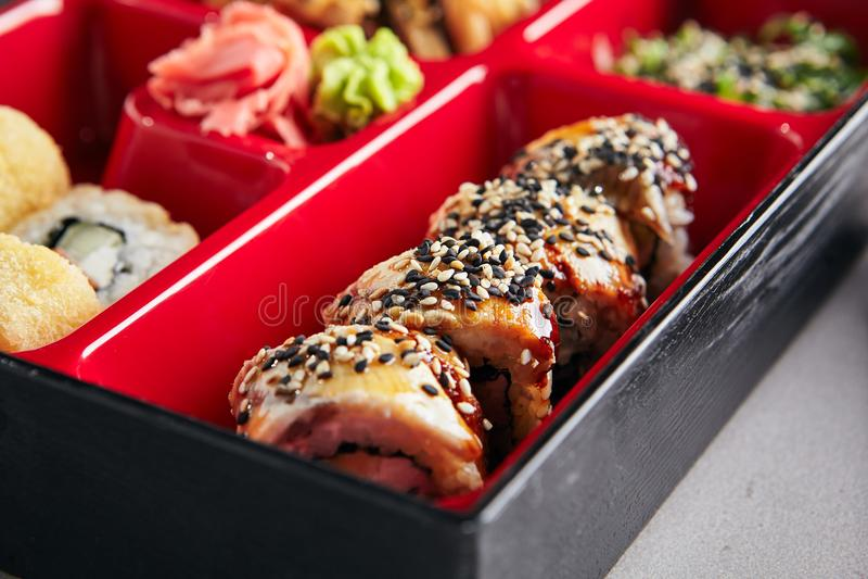 Os rolos do sushi fecham-se acima imagens de stock royalty free