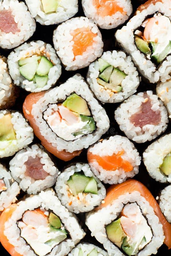 Os rolos do sushi fecham-se acima da vista imagens de stock royalty free