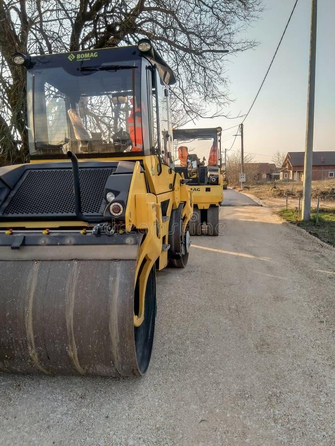 Os rolos estacionados aprontam-se para a pavimentação do asfalto imagem de stock royalty free