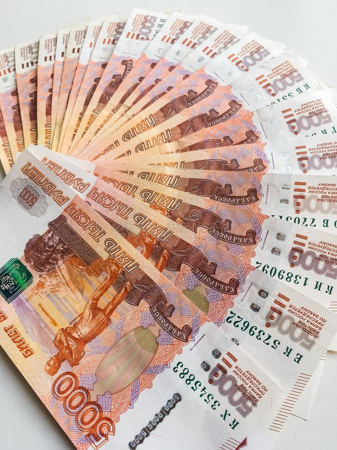 Os rublos de russo estão em um fundo homogêneo, contas cinco mil rublos, fã do dinheiro fotos de stock royalty free