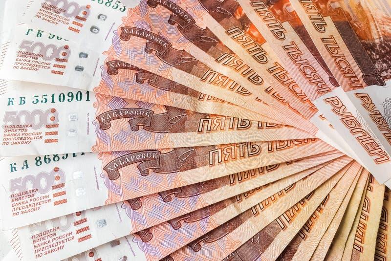 Os rublos de russo estão em um fundo homogêneo, contas cinco mil rublos, fã do dinheiro imagens de stock