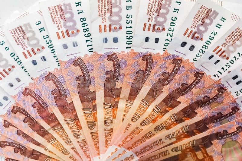 Os rublos de russo estão em um fundo homogêneo, contas cinco mil rublos, fã do dinheiro foto de stock royalty free