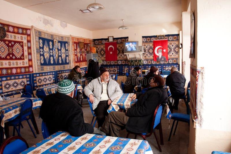 Os séniores falam em uma casa de chá turca imagem de stock