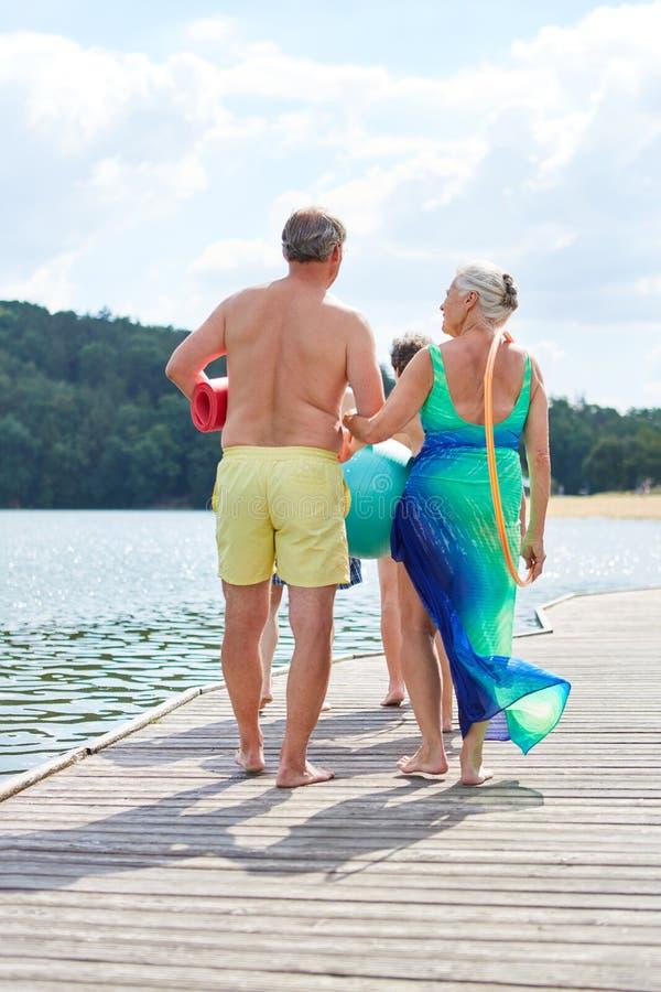 Os sêniores em férias de verão vão nadar foto de stock