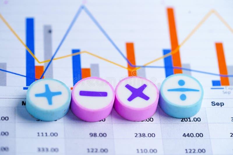 Os símbolos da matemática fazem um mapa da planilha dos gráficos Conta bancária da finança, estatísticas, economia analíti fotos de stock