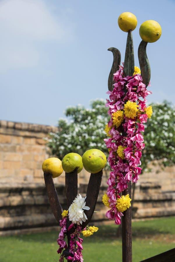 Os símbolos hindu, trishul encontraram normalmente fora do templo, Gangaikonda Cholapuram, Tamil Nadu imagem de stock