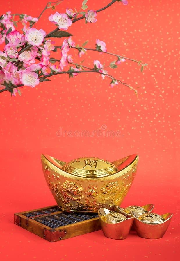 Os símbolos médios chineses do lingote e do ábaco do ouro da riqueza e progridem imagens de stock
