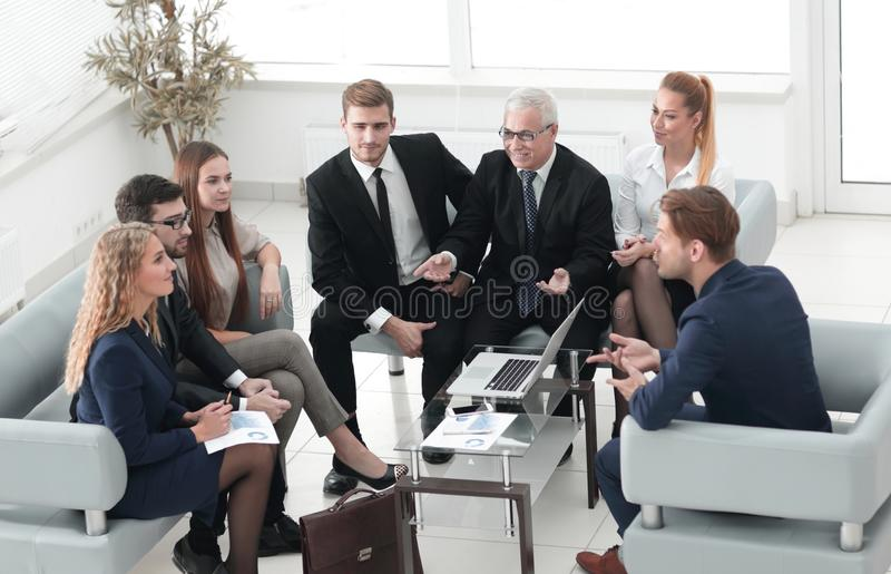 Os sócios comerciais e o negócio team discutindo um contrac novo fotografia de stock