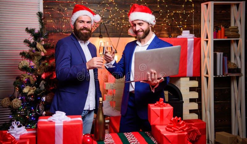 Os sócios comerciais ou os colegas dos homens guardam vidros do champanhe Conceito do partido de escritório Partido corporativo d foto de stock