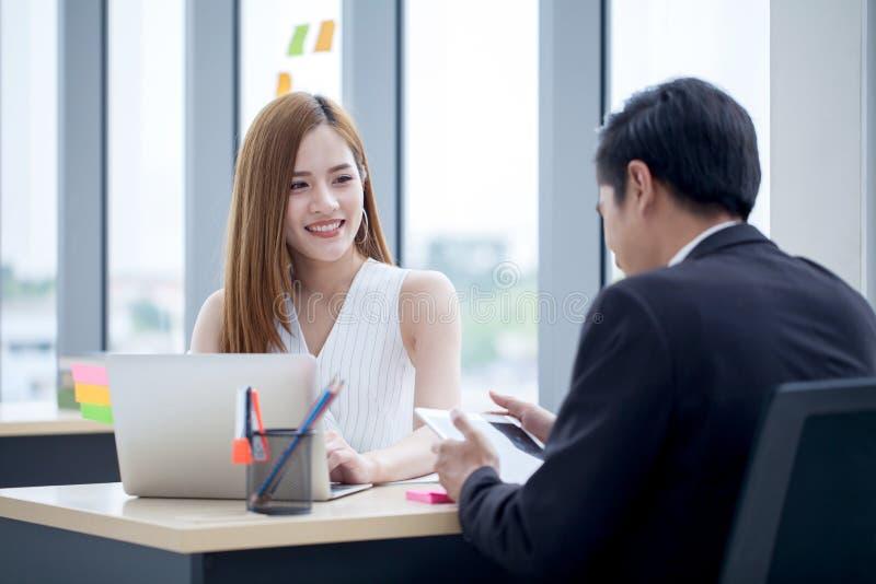 os sócios comerciais team o trabalho junto na mesa com portátil e original Homem de negócios que usa o laptop e a mulher de negóc fotografia de stock
