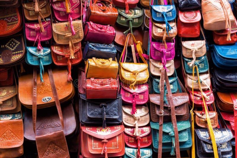 Os sacos de couro armazenam em Tunes, Tunísia foto de stock