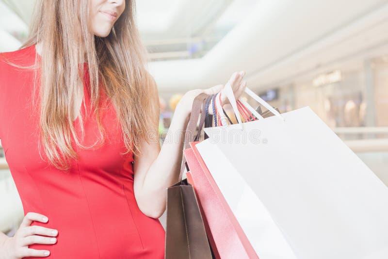 Os sacos grandes do close up formam a mulher que guarda no shopping imagens de stock