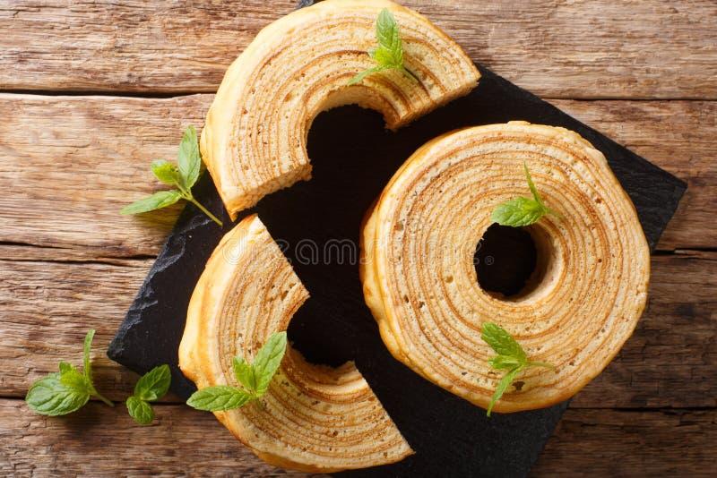 Os sakotis ou os raguolis lituanos, sekacz polon?s s?o um close-up tradicional do bolo do cuspe vista superior horizontal fotos de stock royalty free