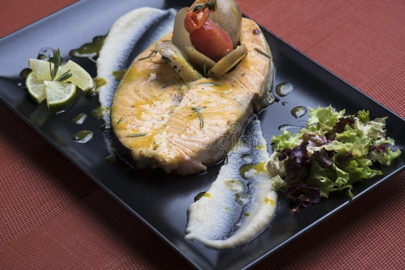 Os salmões frescos serviram com batatas e puré vegetal caçados 1 imagem de stock
