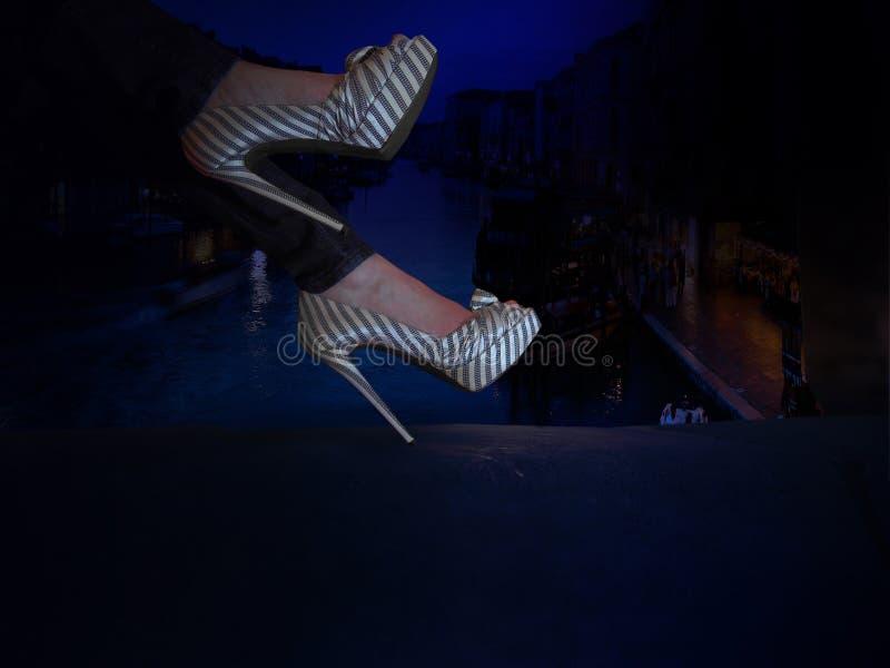 Os saltos altos do close up cravaram sapatas elegantes em f imagem de stock